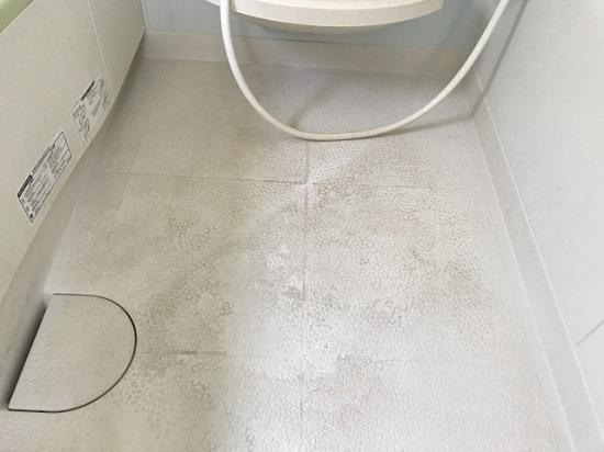 黒ずみ汚れた浴室の床