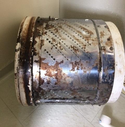 洗濯槽の内側のひどい汚れ