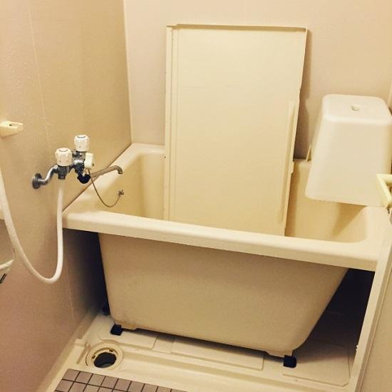 浴槽のエプロン内部をお掃除してきれいになったところ